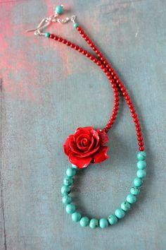 ♥ Türkis Steine (8 mm)  ♥ rote Koralle Steine (6 mm)  große Harz Rose (4 cm)  ♥ Es schließt mit einem handgemachte gehammerte Silber Verschluss und