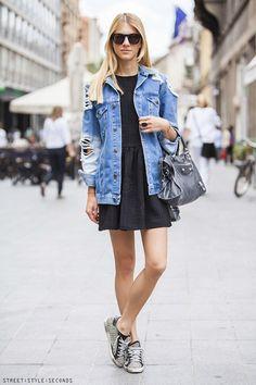 um vestido preto, tênis e a jaqueta jeans