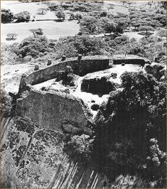 """Zimbabwe: the Acropolis. Judicious use of the rocky escarpment above which rose the wall 10 meters high and 7 meters thick."" From Histoire de l'Afrique Noire, D'hier à Demain by Joseph Ki-Zerbo Colonial, African Proverb, Acropolis, Africa Fashion, Zimbabwe, African History, Traditional House, Prehistoric, Architecture"
