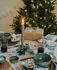 Wij maakten twee verschillende kersttafels: een in winterwandelingstijl, voor een intieme Kerstavond-voor-twee en een tafel in nostalgische, klassieke stijl. Dinning Set, Decoration Table, Jingle Bells, Eye Candy, Table Settings, Candles, Ceramics, Tableware, Furniture
