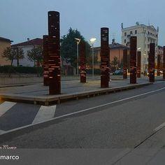Salutiamo questo giovedì con le sue prime luci nello scatto di @janinmarco 😊 . . .  #streetart #arredourbano #installationart #installazioniartistiche #street #mycity #stradedicittà #bresciaarchitettura #brescia_foto #brescia #ilovebrescia #bresciamybeautifulcity #bresciadue #stradedibrescia #strade  #brescia_scatti #progetto_brescianuova. #bresciafoto  #bresciafototoday #volgobrescia #movingculturebrescia #visitbrescia