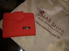 Carteira de couro vermelha da Mab Store, presente de uma cliente especial para sua amiga começar bem a segunda-feira.   Mantenha boas energias e atraia prosperidade, vermelho é uma cor auspiciosa, de sucesso e prosperidade.