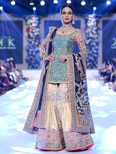 Latest Wedding Bridal Sharara Designs & Trends Collection consists of Top Pakistani & Indian Designer fancy embroidered sharara dresses! Sharara Designs, New Kurti Designs, Mehndi Designs, Frock Design, Fashion Trends 2018, Hijab Stile, Party Kleidung, Kids Frocks Design, Outfits Casual