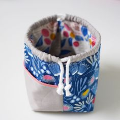 Ideia para talego com 1 bolso - Project Files: Weebrawbag Pattern and An Easy Improv Drawstring Pouch - The Sweeter Side of Mommyhood Drawstring Bag Pattern, Small Drawstring Bag, Pouch Pattern, Drawstring Bag Tutorials, Small Pouch Diy, Pochette Diy, Sac Lunch, Quilted Bag, Patchwork Bags