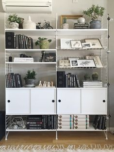 Stylingtips för bokhyllan - Studio Elwa - Lilly is Love Beautiful Interior Design, Interior Design Inspiration, Bookshelf Styling, Bookshelves, String Shelf, Shelving Systems, Living Spaces, Living Room, Display Shelves