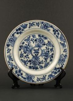Qianlong - Blue and white export plate with a flower decor and a white background against the cavetto, flanked by double borders