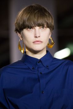 Balenciaga Fall 2017 Ready-to-Wear Collection Photos - Vogue Fashion Week, Fashion Show, Paris Fashion, Fashion Hair, Balenciaga, Jewelry Trends 2018, Podium, Statements, Models