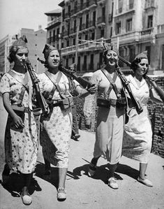 vintage everyday: Vintage Photos of Women with Guns in the Past Civil War in Madrid, 1937 Women In History, World History, World War Ii, Spanish War, Spanish Style, Spanish Grammar, Spanish Vocabulary, Spanish Tapas, Spanish Rice