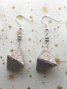 Boucles d'oreilles pyramide 3D en papier origami gris et bonshommes pain d'épice/cadeau pour elle/boucles d'oreilles fantaisies/Noël de la boutique LatelierdIsabo sur Etsy