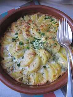 Local and ISCA cuisine: Potato gratin with cheese and herbs Potato Recipes, Veggie Recipes, Healthy Dinner Recipes, Vegetarian Recipes, Healthy Cooking, Cooking Recipes, Food Inspiration, Love Food, Food Porn