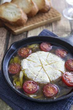 スキレットで作る簡単アヒージョ。ハロウィンのパーティーメニューにもおすすめ♪最後にカマンベールチーズを入れれば、とろとろ濃厚なアヒージョが楽しめます!