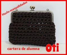 Los tonos tierras nunca pasan de moda y Oti ha utilizado el color marrón para confeccionar esta cartera. ¡Preciosa!