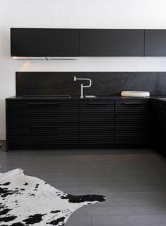 Best kitchen colors with black appliances oak cabinets subway tiles 61 ideas Painting Kitchen Cabinets, Kitchen Paint, Black Kitchens, Cool Kitchens, Kitchen Black, Black Appliance Paint, Küchen Design, Interior Design, Design Ideas
