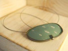 Gargantilla realizada reutilizando una lente de gafa y montada cadena de latón envejecida. También disponible con cordón de terciopelo o hilo de acero....