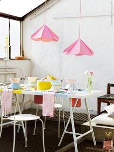 Påsk i pastell! VIKA AMON vitmålad bordsskiva, LERBERG benbockar, LÄCKÖ stol, JONOSFÄR taklampa