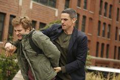28 november 2012: Geboeid. Foto: Michael Welch als Billy Wharton wordt geboeid door Eddie Cahill als Don Flack  in  Late Admissions (CSI: NY: S 9, E 8)