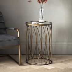 Metal side table – They are those that occupy very little but we can place in them one or two objects. We can move them from one place to another and take them from one room to another, solving needs that we have in each moment. We can leave them in a corner of the room and take them out...