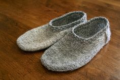Ravelry: south marysburgh slippers pattern by sam lamb - free pattern Knit Slippers Free Pattern, Knitted Slippers, Slipper Socks, Crochet Slippers, Knit Or Crochet, Crochet Granny, Knitting Patterns Free, Knit Patterns, Free Knitting