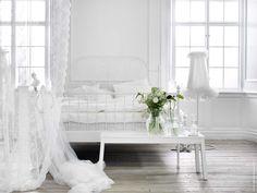 Drömsovrum i vitt! LEIRVIK säng, ALVINE SPETS gardiner, IKEA PS golvlampa.