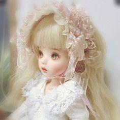 #dollstagram #人形 #인놀 #육일돌 #베이비링고 #모네헤드  알콩돌콩에서 새로 산 리틀바니나인용 가발 쓴 코델이. 앞머리 자르는 가발은 항상 염통이 쫄깃😿만족스럽게 앞머리 잘린 역사가 거의 없다😩⛈그래도 존예로운 헤드드레스로 은폐성공😏👍💕