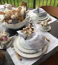 Mesa de Páscoa com coelhinhos na sopeira