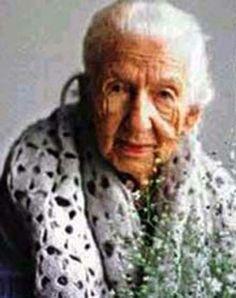 Cora Coralina, pseudônimo de Ana Lins dos Guimarães Peixoto Bretas, foi uma poetisa e contista brasileira.