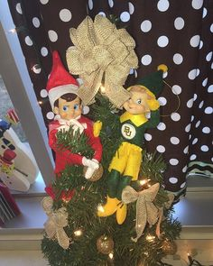 Looks like the Elf on the Shelf has a new friend -- and he knows how to #SicEm!
