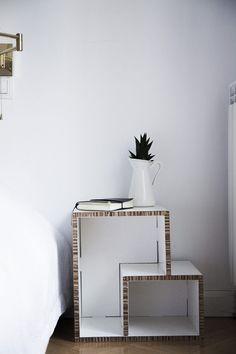 Diversas posibilidades y combinaciones para este mueble de cartón de robusto y sencillo diseño. Combinando los dos tipos de módulos crea tu estanteria de cartón a medida. Puedes usarla como estantería modular, puedes usarla de forma individual o como mesita de noche. #cardboard #carton #shelve #ecofriendly