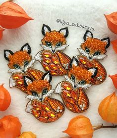 Bead Embroidery Jewelry, Beaded Embroidery, Cross Stitch Animals, Hand Embroidery Stitches, Fabric Beads, Beaded Brooch, Miniatures, Wreaths, Jewellery