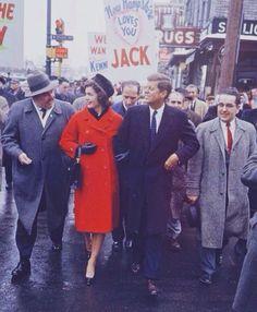 O casaco: que tal o modelo vermelhão? Eles sempre eram impecáveis e  geralmente de abotoamento duplo
