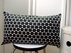 Housse+de+coussin+rectangulaire+50x30+hexagones+noir+et+blanc+:+Textiles+et+tapis+par+le-bazar-creations