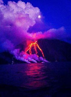Stromboli, l'eruzione continua: centinaia di barche per ammirare la sciara del fuoco con la lava fino al mare