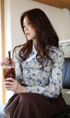 [더고은 생활한복] www.thegoeun.co.kr Korean Traditional Dress, Traditional Fashion, Traditional Dresses, Korean Dress, Korean Outfits, Orientation Outfit, Modern Hanbok, Dress Attire, Vogue Korea