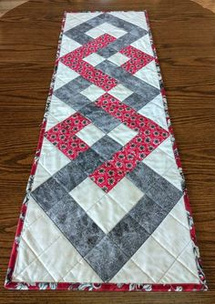 PDF pattern for interlocking squares table runner, DIY quilted table runner, Metric conversions Grey Table, A Table, Table Runner And Placemats, Quilted Table Runner Patterns, Quilted Table Runners Christmas, Cottage Crafts, Diy Upcycling, Square Tables, Diy Weihnachten