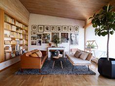 En drömvilla byggd på 60-talet fylld med samtida inredningsfavoriter i gedigna material. Välkomna att titta in i ett fantastiskt hus tolkat av stylisten Agneta Törnqvist.
