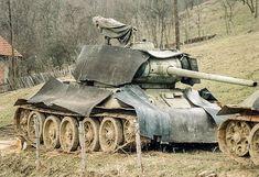 Serbian T 34 with rubber armor in Bosnian war Antigua Yugoslavia, T 34 85, Diorama Militar, Bosnia Y Herzegovina, Panzer Iv, Armored Fighting Vehicle, Military Modelling, Cool Tanks, Military Diorama