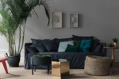 I love this apartment with the grey walls. The light reflects in such a soft way on the neutral colors of the furniture and … Continue reading → Living Room Decor, Living Spaces, Mad About The House, Accent Wall Bedroom, Grey Walls, Home Decor Furniture, Interior Inspiration, Rum, Sweet Home