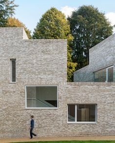 British architecture studio MICA has completed a boarding house in the grounds of Stowe School in England, featuring an assemblage of pale-brick volumes. Australian Home Decor, Mica, School Architecture, Brick Architecture, Interior Architecture, Interior Design Boards, Decor Interior Design, Interior Design Living Room, Contemporary Architecture