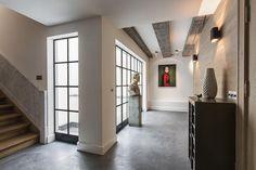 L'appartamento monumentale gode di finestre generose che danno luce anche nelle zone di passaggio. La casa si erge in un giardino di 200 metri quadri