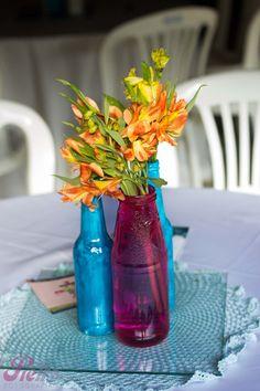 Centros de mesas de garrafinhas nas cores azul e rosa