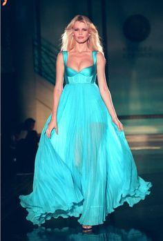 Claudia Schiffer at Versace haute couture f/w 1994 Claudia Schiffer, Turquoise Fashion, Turquoise Dress, Style Couture, Couture Fashion, Runway Fashion, Paris Fashion, News Fashion, 90s Fashion