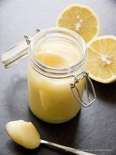 Lemon Curd by Kleiner Kuriositätenladen Zutaten 3 Bio-Zitronen, davon 150 ml frisch gepresster Zitronensaft Schalenabrieb 6 große Eier 300 g Zucker 170 g weiche Butter