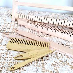 Metier-a-tisser-BOHOMETRIE-M Card Weaving, Loom Weaving, Weaving Wall Hanging, Darning, Textiles, Handmade Crafts, Couture, Clothes Hanger, Fiber Art