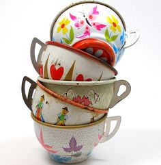 Tin Toy cups, Set of 5 vintage metal with litho, by jacquelyn Hd Vintage, Vintage Tins, Vintage Love, Vintage Decor, Vintage Antiques, Vintage Kitchenware, Kitsch, My Cup Of Tea, Tin Toys