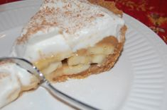 Banoffee Pie {Caramel Banana Cream Pie} submitted by Melanie~The Sisters Cafe Ingredients: 1 graham cracker crust 3 Bananas sliced 1 can swe. Banana Caramel Pie, Banana Pie, Banana Cream, Milk Recipes, Sweet Recipes, Dessert Recipes, Just Desserts, Delicious Desserts, Yummy Food