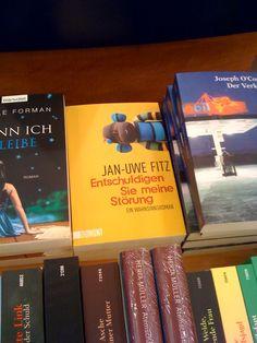 """Vor knapp einem Jahr lag mein """"Buch"""" noch offen im Handel aus. Mittlerweile haben es die Verkäufer verschämt ins Regal geräumt. Neben Fitzgerald fühlt es sich aber auch nicht wohl. Trost: Fitzgeralds Buch neben meinem auch nicht."""