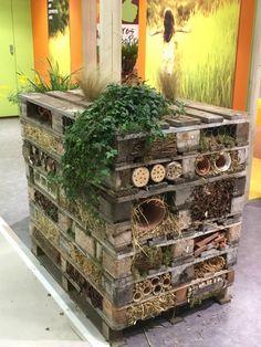 Tour à insectes vue au Salon international de l'Agriculture http://www.pariscotejardin.fr/2015/02/tour-a-insectes/
