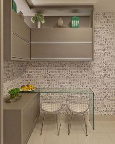 Bommm diaaa!!! Que todos tenhamos um dia regado de amor e alegria!! ❤️❤️ Cozinha com cantinho para refeições, papel de parede temático completou a composição ✨✨ #bomdia #instaarch #instadecor #interiores #decor #details #detalhes #decoracao #decorating #decorbrazil #detalhesqueamamos #decoracaodeinteriores #architect #arquiteta #arquitetura #arqmbaptista #arquiteturadeinteriores #cozinha #marianemarildabaptista
