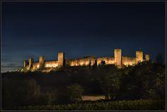 Il Castello di Monteriggioni di notte - Foto di Davide Giovanni Volpi su https://www.flickr.com/photos/48521072@N04/14815934832 - #Monteriggioni #Siena #Toscana #CastelloDiMonteriggioni