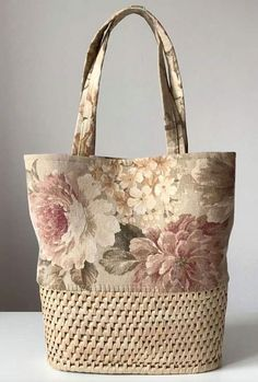 Straw Bags: 50 Ideas and Inspirations on How to Wear this .- Bolsas de Palha: 50 Ideias e Inspirações de Como Usar Essa Tendência! Straw Bags: 50 Ideas and Inspirations on How to Use This Trend! Handmade Handbags, Handmade Bags, Lace Bag, Wedding Bag, Crochet Handbags, Jute Handbags, Patchwork Bags, Tote Pattern, Denim Bag